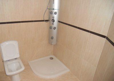 Baño habitación principal con columna de hidromasaje en ducha