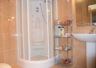 Baño privado de la habitación principal con columna de hidromasaje