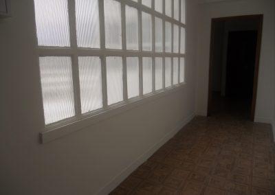 Amplia entrada con vidriera de luz natural