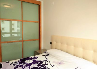 Habitación doble con armario de diseño empotrado y revestido