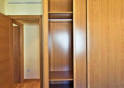 Habitación doble con armarios empotrados y revestidos