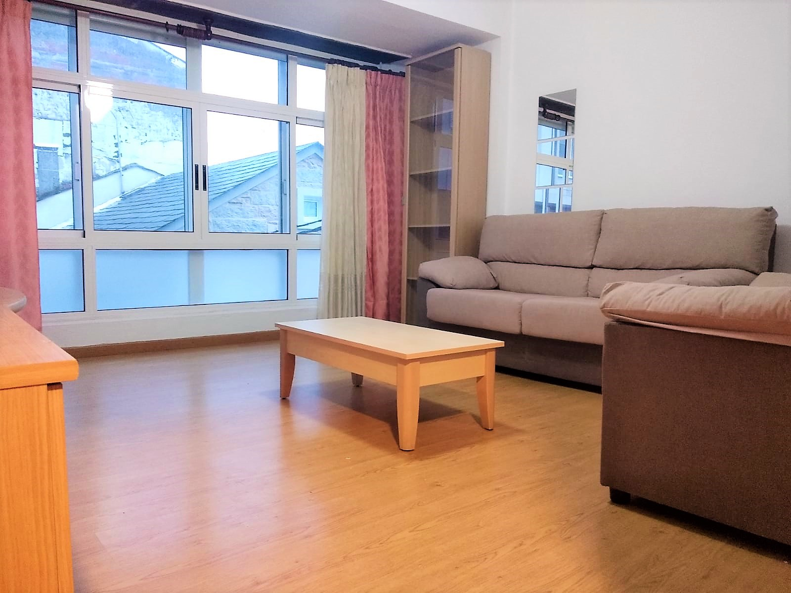 Primer piso reformado con terraza – a 850 metros del centro de Lugo