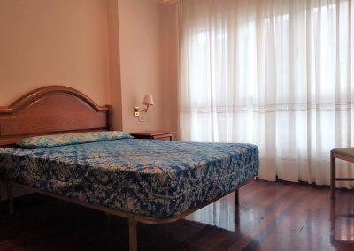 Habitación principal con baño y armario empotrado
