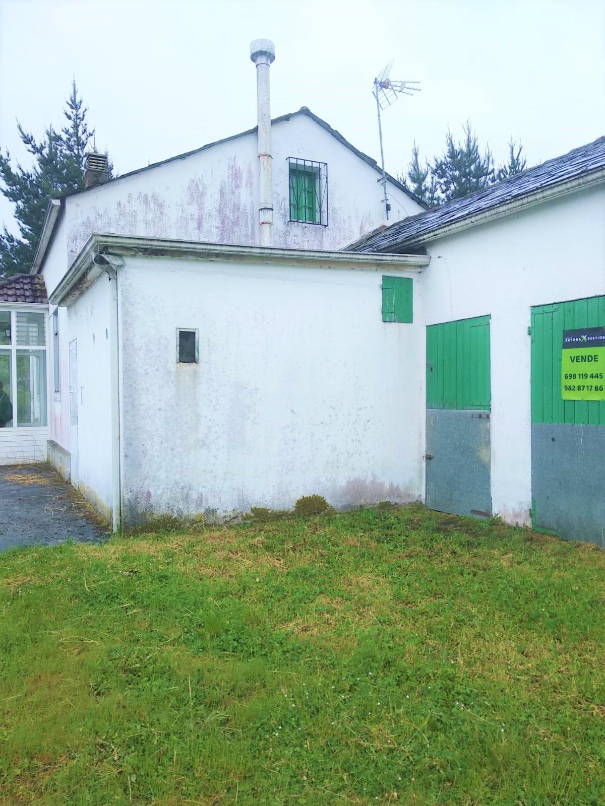 Casa con finca cerrada – en O Corgo