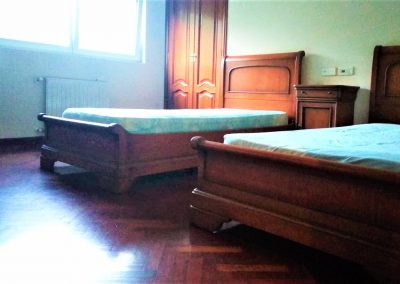 Habitación con armarios empotrados y dos camas individuales