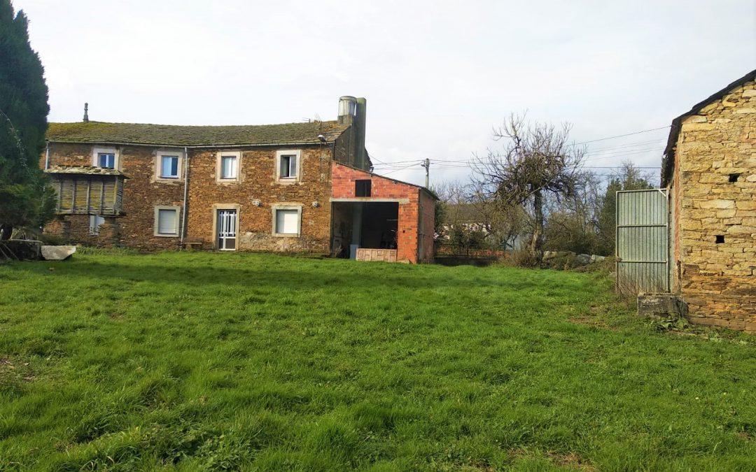 Casa adosada de piedra con terreno – en Cospeito (Lugo)