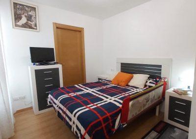 Habitación principal con armario y baño privado