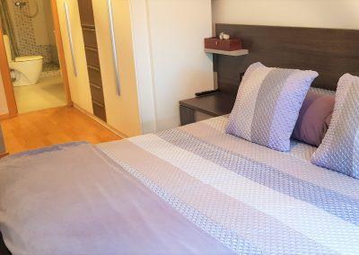 Habitación suite con baño con ducha