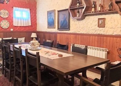 Sala/comedor con chimenea francesa apta para parrilla y barra de coctelería