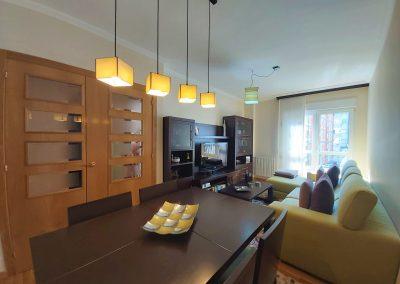 Salón comedor con amplio ventanal