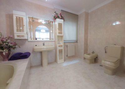 Baño de habitación principal con bañera