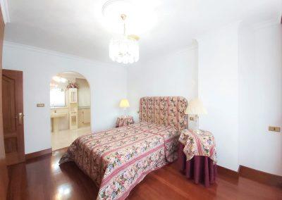Habitación suite con armario empotrado y baño con bañera