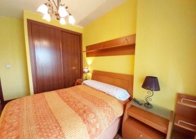 Habitación suite con baño privado y armario empotrado y revestido