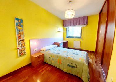 Habitación con armario empotrado y revestido