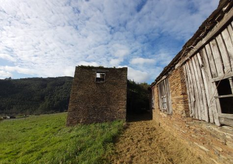 Se vende torreón con alpendre para reformar – en Trabada (Lugo)