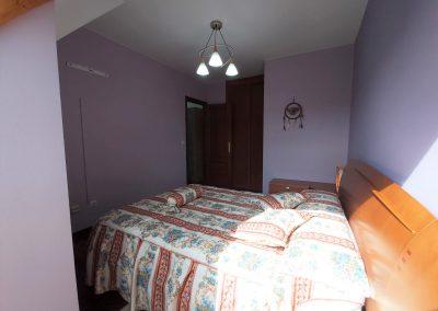 Habitación principal con armario empotrado y revestido por carpintero
