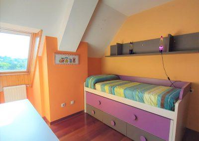 Habitación con cama nido y armario empotrado
