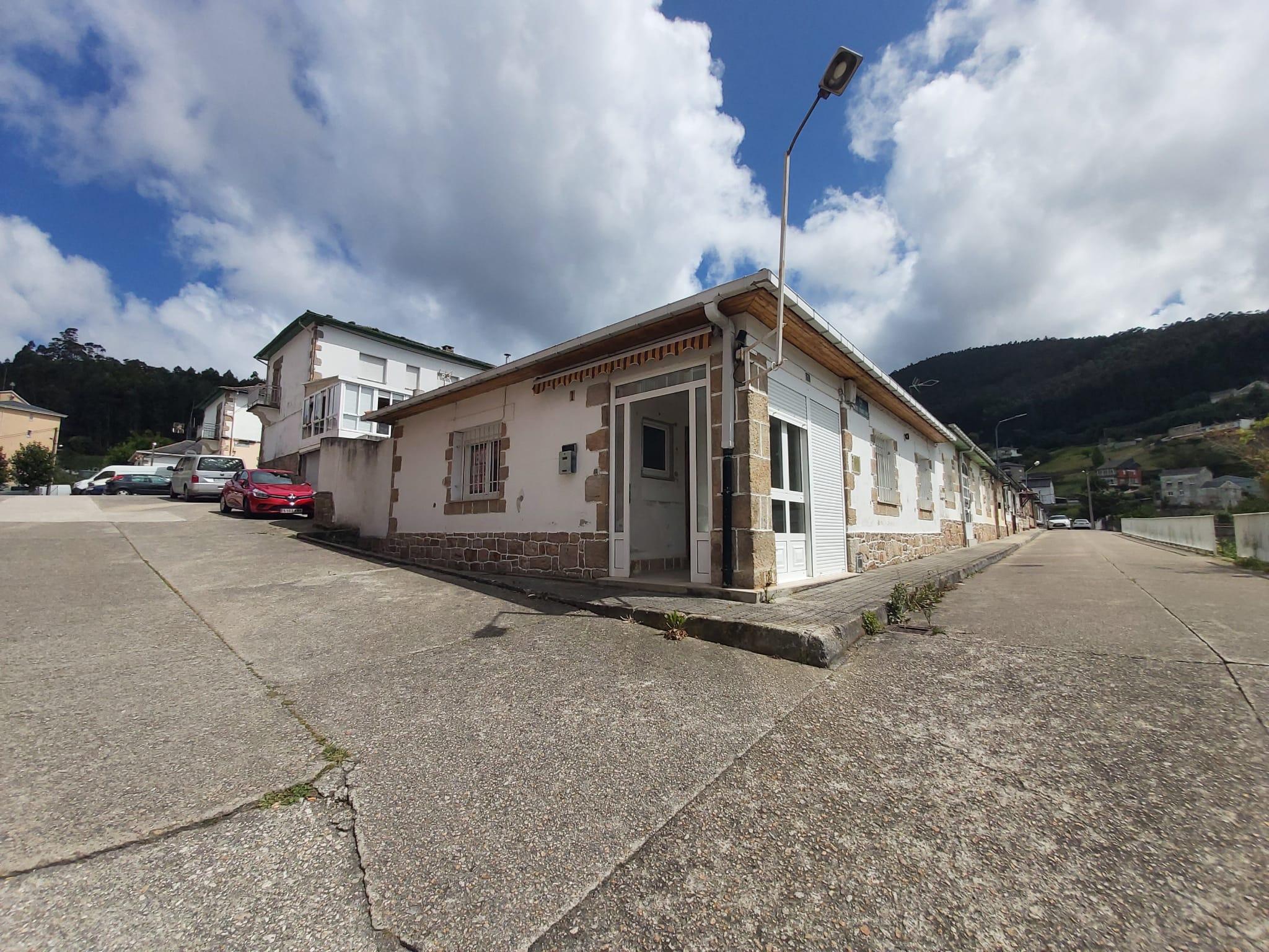 Casa en planta baja con patio para reformar – en Viveiro